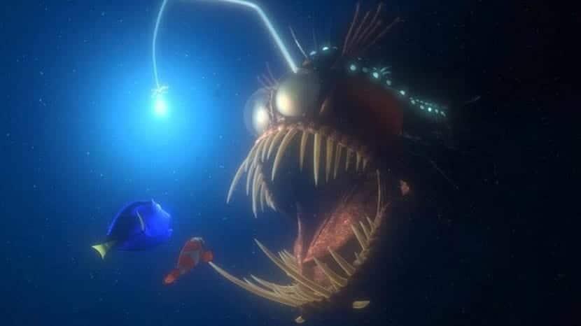 referencia del pez rape en buscando a nemo