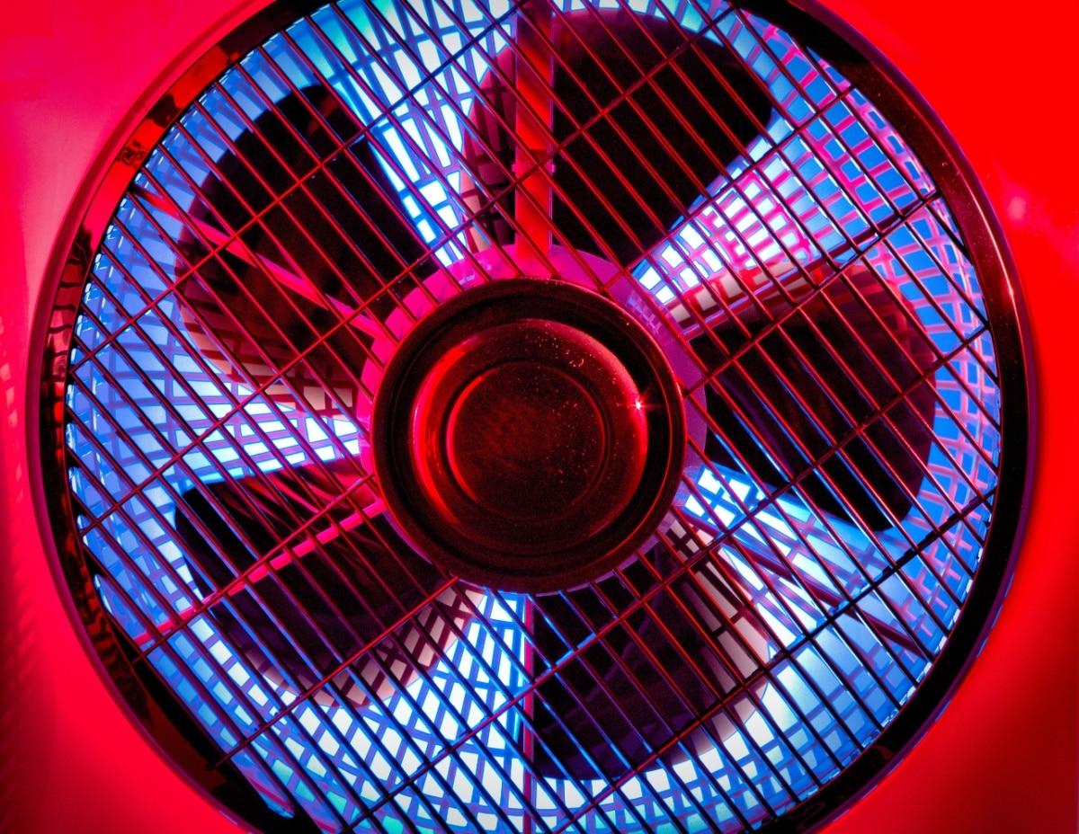 Un ventilador rojo